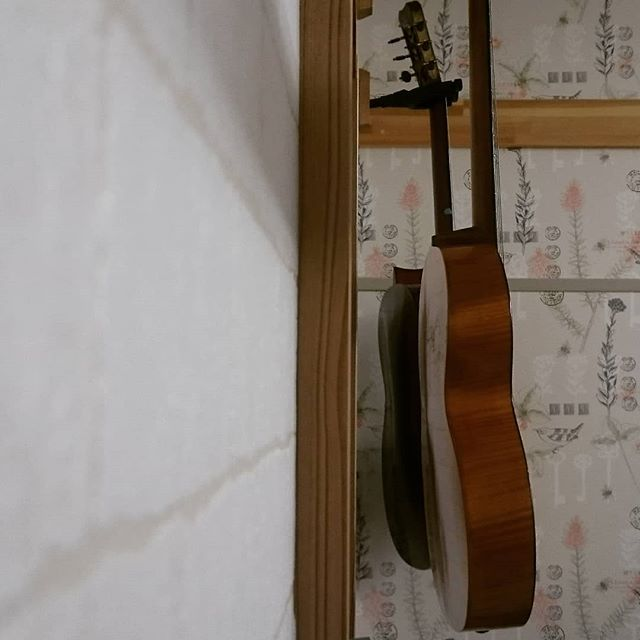 膨らんだ裏板のギターが二本も